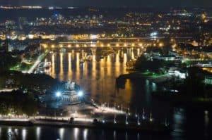 Das Deutsche Eck von Koblenz bei Nacht
