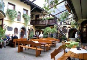 Viele Gasthäuser laden zu regionalen Spezialitäten ein - hier der Antoniushof