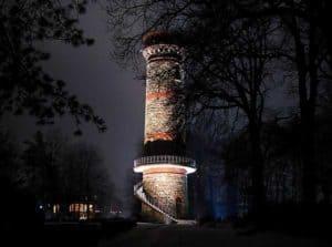 Der Wuppertaler Leuchtturm Toelleturm bei Nacht