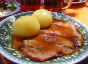 Traditionell deftiges Essen aus der böhmischen Küche