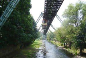 Die Wuppertaler Schwebebahn fährt ihre Strecke regelmäßig über den Hauptbahnhof und sichert eine gute Verkehrsanbindung