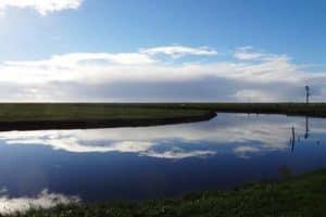 Eine Hallig ist eine kleine Insel im Wattenmeer - hier Hallig Hooge
