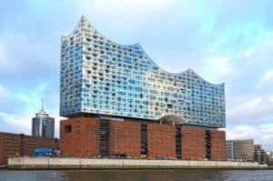 Hamburg bei Nacht mit dem neuen Wahrzeichen der Elbphilharmonie
