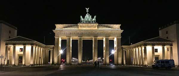 Berlin - die deutsche Hauptstadt mit dem Brandenburger Tor - zieht jährliche viele Touristen in ihrem Bann