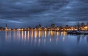 Die Skyline von Rostock bei Nacht