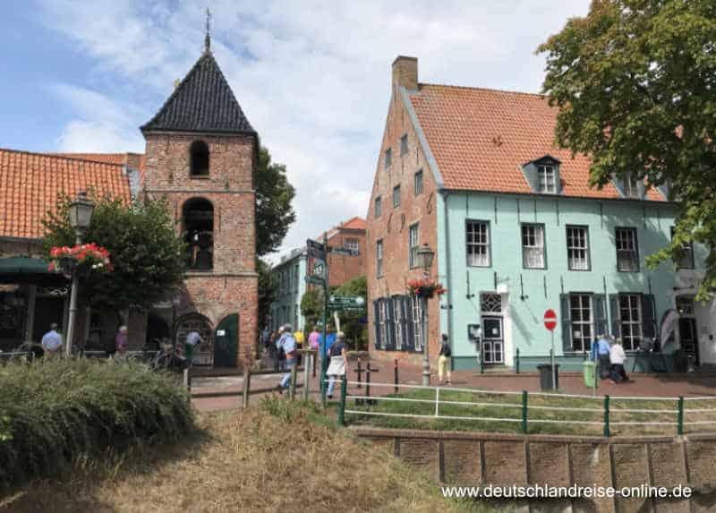 Der Glockenturm von Greetsiel und historische Giebelhäuser des Fischerdorfes