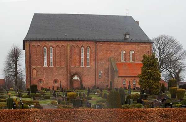 Engerhafe: Blick auf die alte Kirche