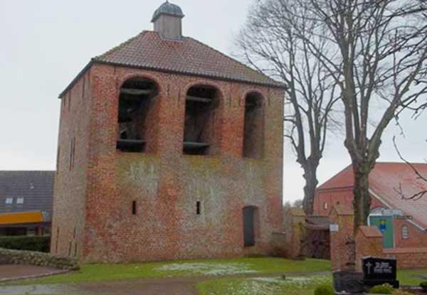 Der versetzte Kirchturm in Engerhafe (Copyright: www.deutschlandreise-online.de)