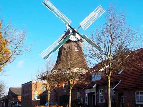 Münkeboe: Die Mühle im Ortskern