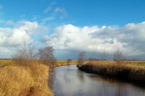 Viele Kanäle prägen das Landschaftsbild im Südbrookmerland (Copyright: www.deutschlandreise-online.de)