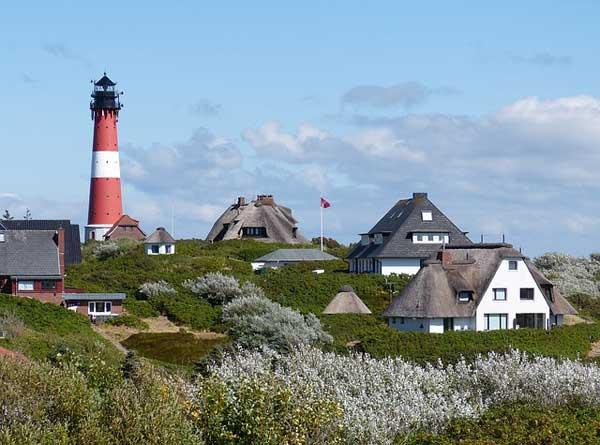 Hörnum auf Sylt mit Leuchtturm und redgedeckten Ferienhäusern