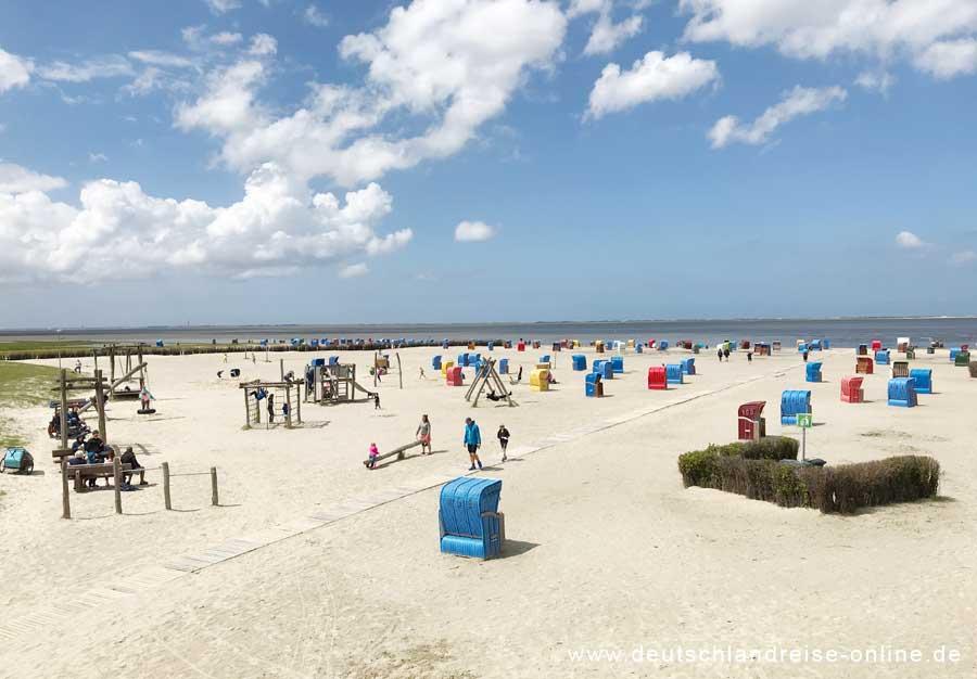 Strand von Nessmersiel mit Kinderspielplatz und Rollstuhlweg © Deutschlandreise