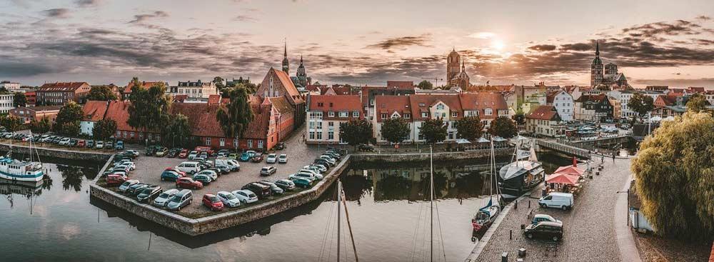 Blick auf Stralsund mit Hafen